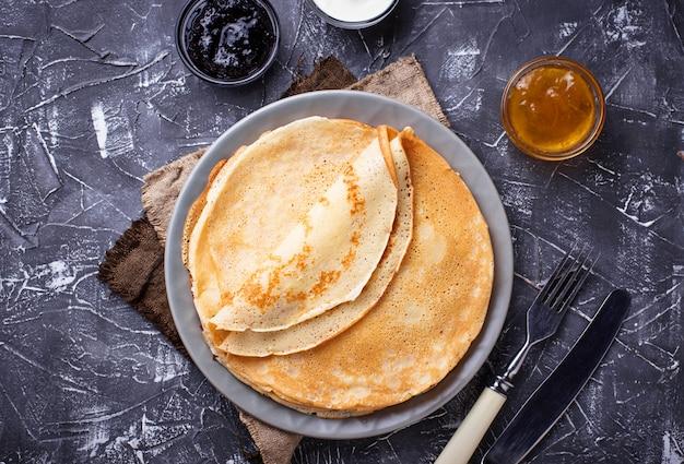 Pannenkoeken pannenkoeken met verschillende jam en room