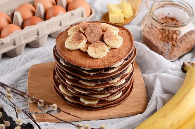 Pannenkoeken taart. een stapel van chocoladepannekoeken met chocoladeroom en amandelen bovenop.