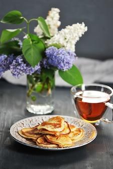 Pannenkoeken, thee en bloeiende lente sering