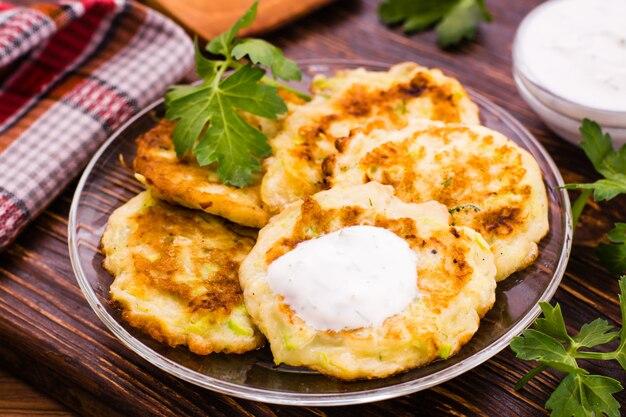 Pannenkoeken van een courgette met saus en kruid