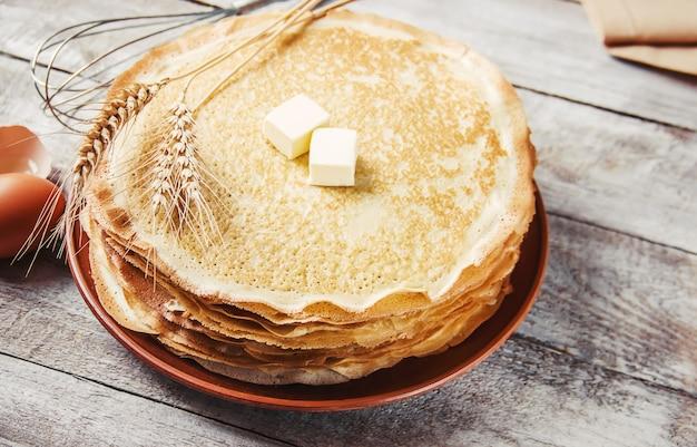 Pannenkoeken zijn huisgemaakt. pannekoeken. selectieve aandacht. voedsel