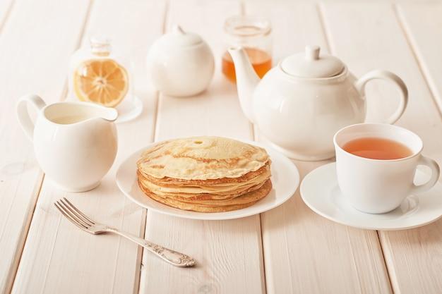 Pannenkoekenweek: pannenkoeken met honing en thee op tafel