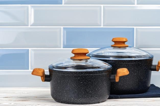 Pannenset van twee nieuwe potten op aanrecht