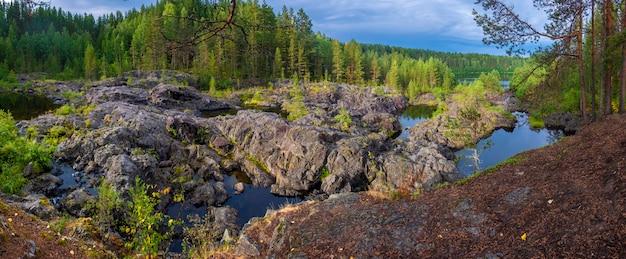 Panorama arme porog, drempel, op de rivier suna karelia, russische landschapszomer