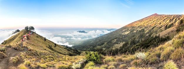Panorama bergzicht boven de wolk en de blauwe hemel