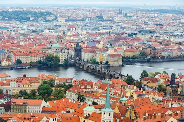 Panorama bij de rivier van praag en vltava-in de zomer, tsjechische republiek, europa