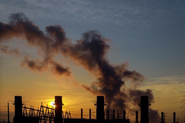 Panorama bij ochtend met stoom van een krachtcentrale