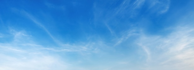 Panorama blauwe hemel met zachte wolk