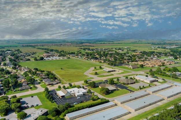 Panorama bovenaanzicht kleine amerikaanse stad stedelijke levensstijl district landschap in clinton oklahoma us