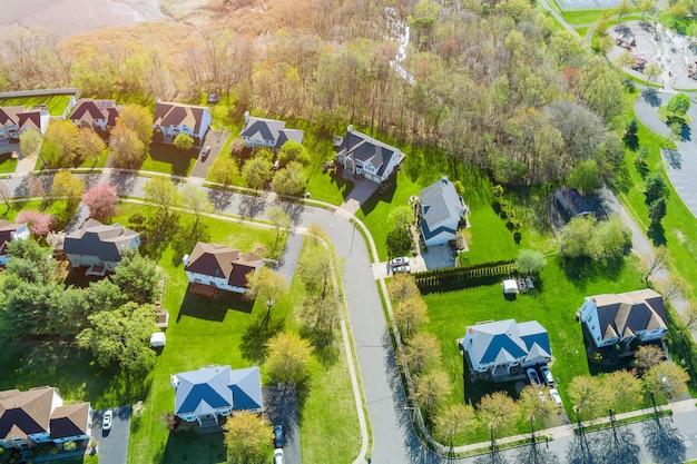 Panorama bovenaanzicht kleine amerikaanse stad stedelijke levensstijl district landschap