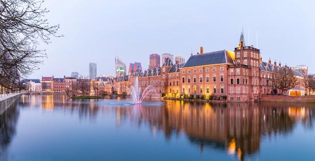 Panorama den haag, nederland in de schemering
