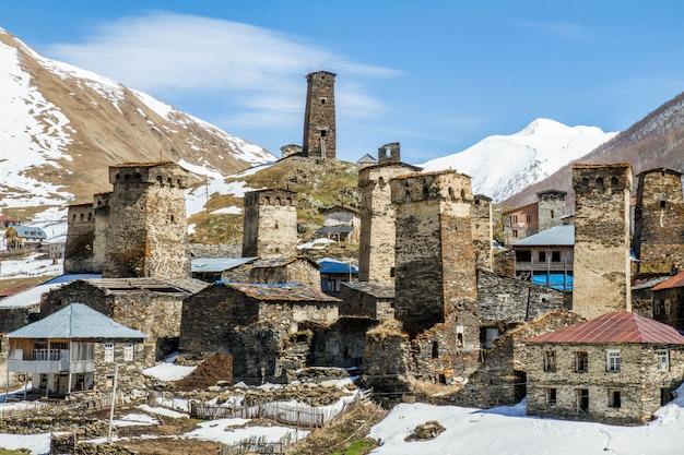 Panorama in het dorp ushguli op oude huizen en bergen