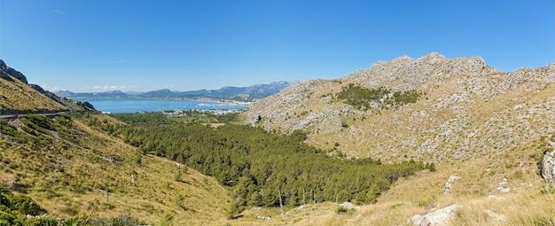 Panorama in palma de mallorca. panorama van palma de mayor, met prachtig uitzicht op de kust van de badplaats, de drukke haven en enorme bergen.