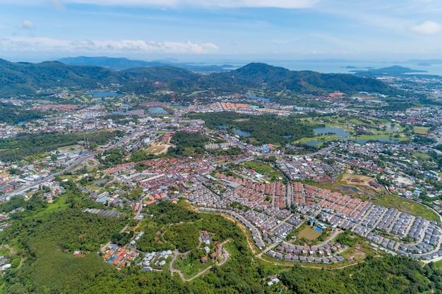 Panorama landschap kathu district phuket thailand van drone camera hoge hoek bekijken. Premium Foto