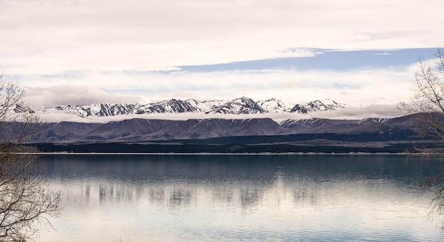 Panorama landschap nieuw-zeeland lake view refection op stilstaand oppervlaktewater