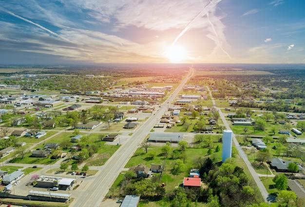 Panorama landschap schilderachtige luchtfoto van een nederzetting in de voorsteden in een prachtige vrijstaande huizen