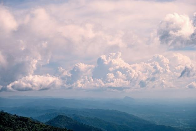 Panorama landschapsmening van de berg en de wolken. payao, thailand.