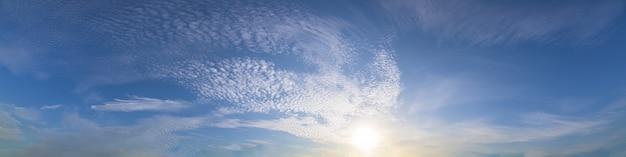 Panorama lucht en zon in de avond
