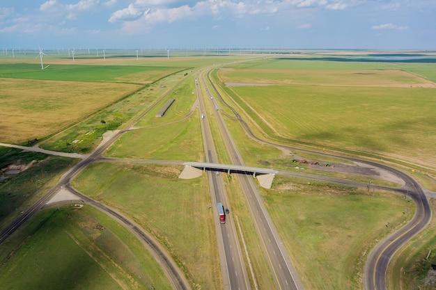 Panorama luchtfoto van de kruising van de snelweg vanaf de hoogte drone