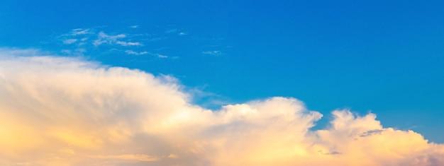 Panorama met lichte chimars op de blauwe lucht voor zonsondergang