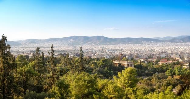 Panorama met uitzicht over athene vanaf de heuvel