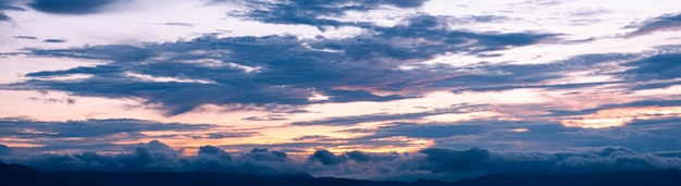 Panorama mooie schemeringhemel tijdens zonsondergang