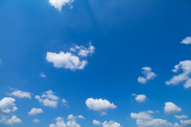 Panorama shot van de blauwe lucht en de wolken bij goed weer dagen
