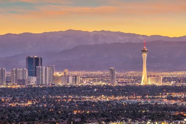 Panorama stadsgezicht uitzicht op las vegas bij zonsondergang in nevada, verenigde staten van amerika