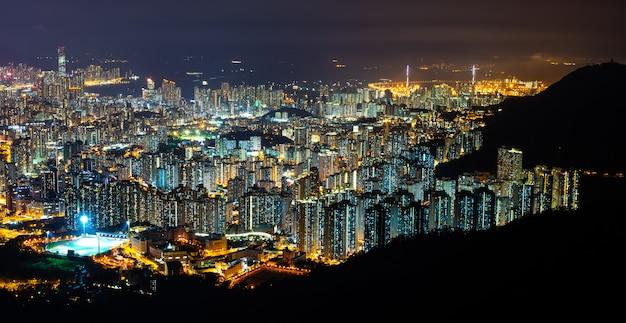 Panorama stadsgezicht van hong kong 's nachts, de sfeer van nachtverlichting in de stad van de haven, handel, transport en internationale export van china