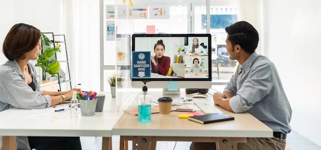 Panorama twee aziatische zakenman werk vanuit huis betrokken video conference meeting