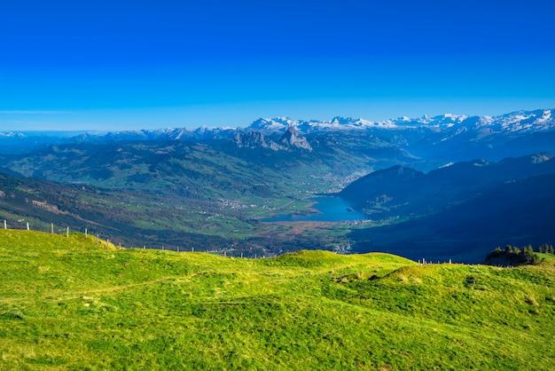 Panorama uitzicht vanaf rigi bergen op het meer van lucern en dorp brunnen
