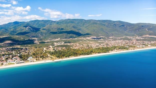 Panorama van asprovalta en de egeïsche zee in griekenland