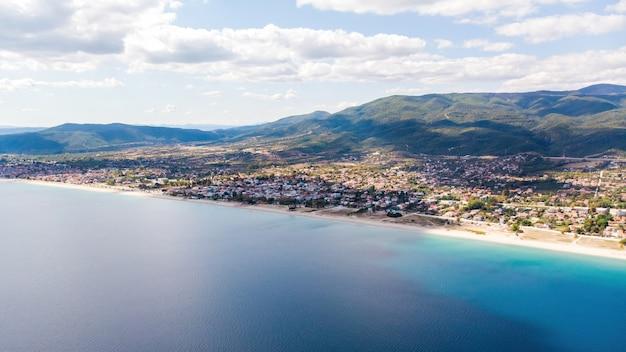 Panorama van asprovalta en de kosten van de egeïsche zee, meerdere gebouwen