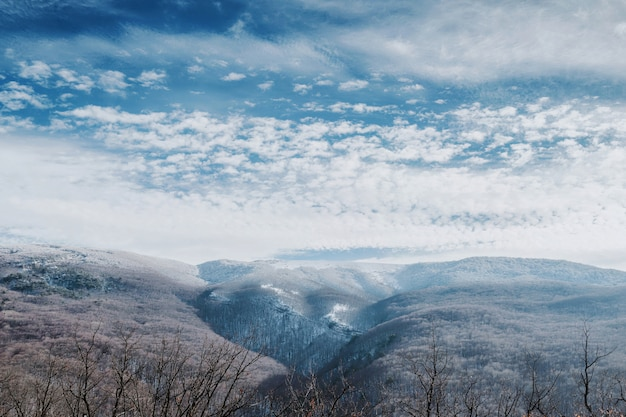 Panorama van bergen bedekt met sneeuw