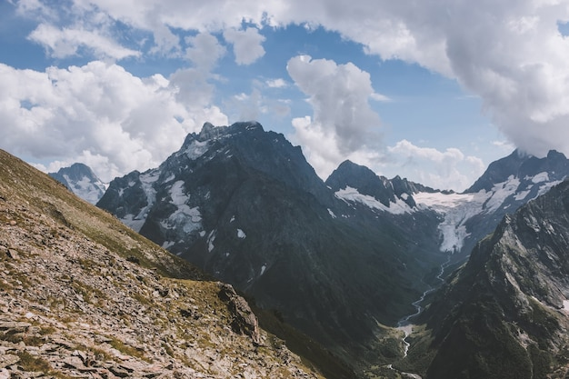 Panorama van bergenscène met dramatische blauwe hemel in nationaal park van dombay, kaukasus, rusland. zomerlandschap en zonnige dag
