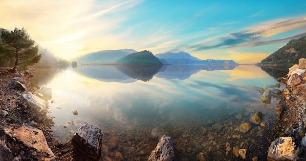 Panorama van bergmeer koycegiz bij zonsondergang in turkije