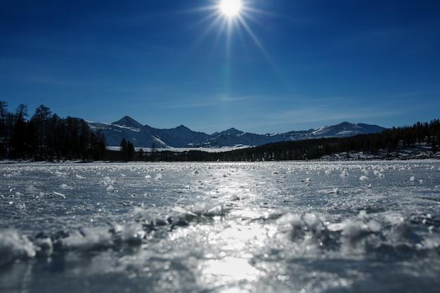 Panorama van bevroren meren, bedekt met ijs en sneeuw. bij helder weer met een blauwe lucht in het zonlicht. altai.