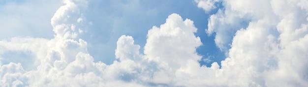 Panorama van blauwe hemel met witte wolken bij zonnig weer