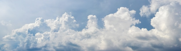 Panorama van blauwe hemel met witte wolken in lichte tinten