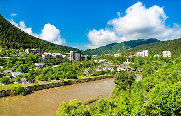 Panorama van bordzjomi met de kura-rivier, een vakantieoord in zuidcentraal georgië