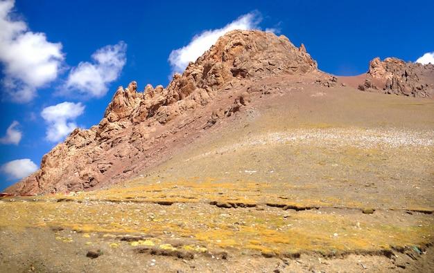 Panorama van bruin rood rotsachtig bergketenslandschap