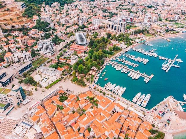 Panorama van budva in montenegro op een zonnige zomerdag, luchtfoto