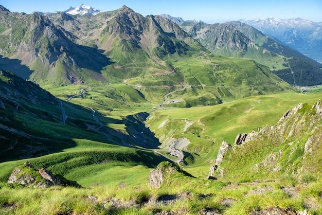 Panorama van col du tourmalet in de bergen van de pyreneeën