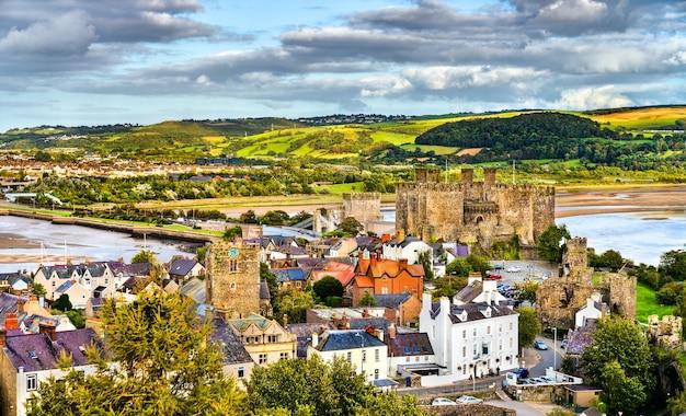 Panorama van conwy met kasteel conwy. unesco-werelderfgoed in wales, verenigd koninkrijk