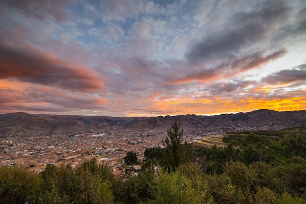 Panorama van cusco-stad met gloeiende cloudscape en kleurrijke hemel bij schemer. cusco is een van de belangrijkste reisbestemmingen in peru en heel zuid-amerika.