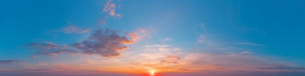Panorama van de avondlucht met de ondergaande zon