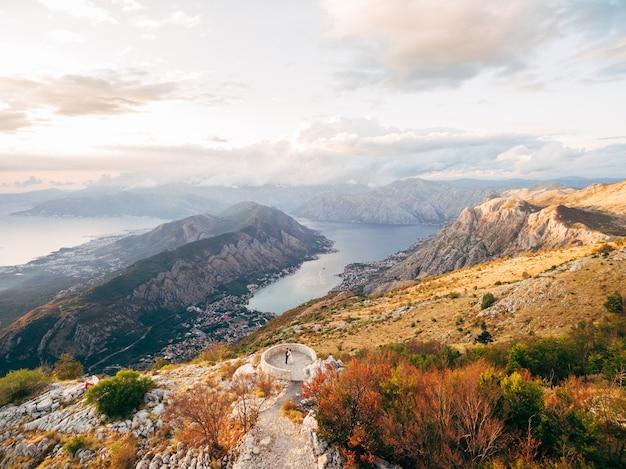 Panorama van de baai van kotor prachtig uitzicht vanaf de berg lovcen montenegro