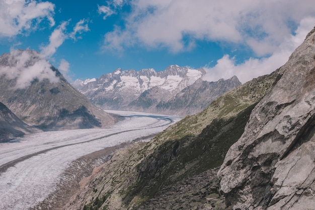 Panorama van de bergenscène, wandeling door de grote aletsch-gletsjer, route aletsch panoramaweg in nationaal park zwitserland, europa. zomerlandschap, zonneschijn, blauwe lucht en zonnige dag