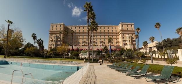 Panorama van de binnenplaats van hotel king david met een zwembad