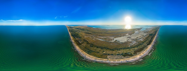 Panorama van de blauwe zee en de zonnige hemel van het kustgebied op een warme zonnige zomerdag